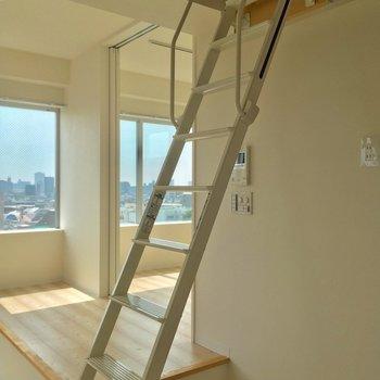 それではいよいよロフトへ!このはしご、スライド式で軽いんですよ〜