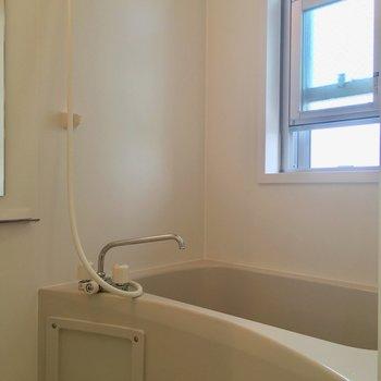小窓のついたバスルーム。朝シャンしたら気持ちよさそう〜
