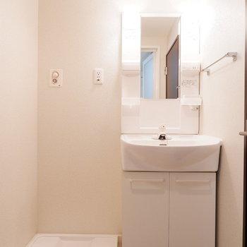 脱衣所に洗面台と洗濯機置場が。※ 写真は前回募集時のものです
