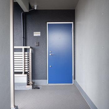 玄関扉青くてクール!※ 写真は前回募集時のものです