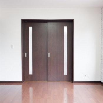 【洋室】扉を閉めても圧迫感ありません。※ 写真は前回募集時のものです