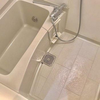 お風呂はゆったりひろめのサイズ◎