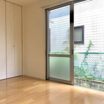 お次は、寝室にできそうな洋室。大きな窓があります。