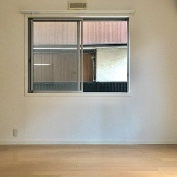 玄関入って正面、リビング。光が優しい。