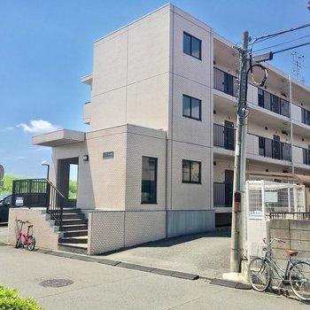 鶴見川沿いに建つマンションです