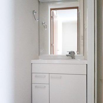 サニタリールームは独立洗面台がお出迎え。※通電前の写真