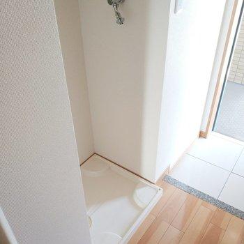 洗濯パンは玄関前に。※通電前の写真