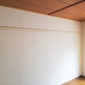 壁にはハンガーラックがあります