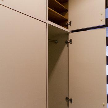 靴箱の隣にも収納が!コートなどを掛けることができます。