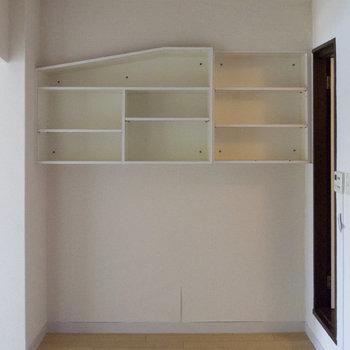 キッチンの後ろにも収納スペースあり。なにを置くか悩むな~。