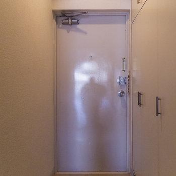 玄関も広めかと。右手が収納となっています。