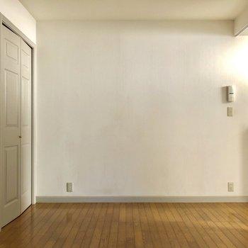 シンプルなリビングルーム※写真は4階の同間取り別部屋のものです
