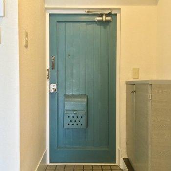 玄関の扉がアクセントになってますね