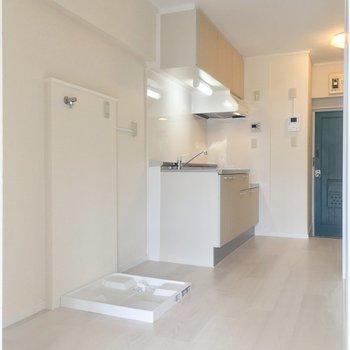 キッチンはこぢんまりとしたスペース。洗濯機置場もコチラです!