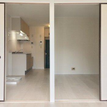 今度は窓側から。まずは左側のキッチンへ(6帖)