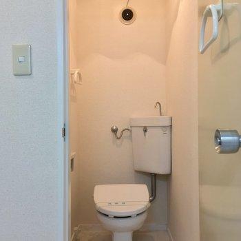 トイレは個室。タオルハンガーが2つも!