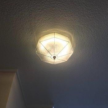 玄関の照明も、レトロですっ