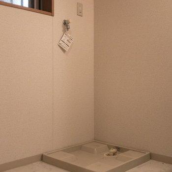 脱衣所には小窓付き。※写真は一部通電前のものです