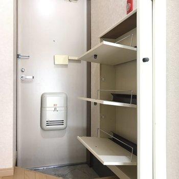 玄関前にはシューズボックスも。※写真は2階の同間取り別部屋のものです。