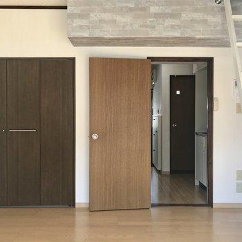 シックな色合いがおしゃれですね!※写真は2階の同間取り別部屋のものです。