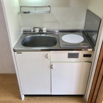 キッチンはコンパクト※写真は2階の同間取り別部屋のものです。