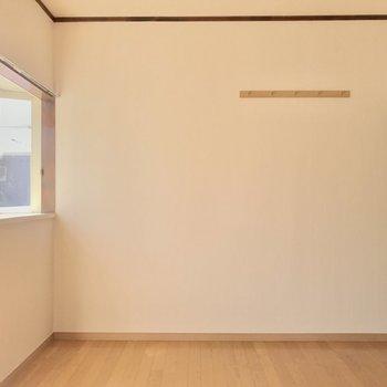 逆側にはフックがあります。あとは・・・※写真は2階の同間取り別部屋のものです。