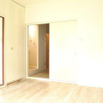 【洋室】扉は左右どちらからも開きます。 ※写真は前回募集時のものです