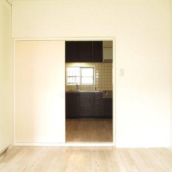 【洋室】白を基調なので広く感じますね〜 ※写真は前回募集時のものです