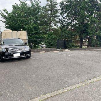 右側に駐車場があります。