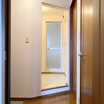 こちらが廊下部分。モダンな雰囲気が漂います。※写真は2階の同間取り別部屋のものです