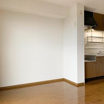 【LDK】キッチン隣のスペースです。ダイニングが置けるほどのスペースがしっかりと。※写真は2階の同間取り別部屋のものです