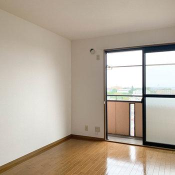 【洋室6.5帖】さて、お隣の洋室へ。こちらとリビングがベランダへ繋がっています。※写真は2階の同間取り別部屋のものです