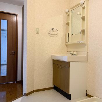 サニタリーです。目隠しが欲しい時は、カーテンを取り付けましょう。※写真は2階の同間取り別部屋のものです