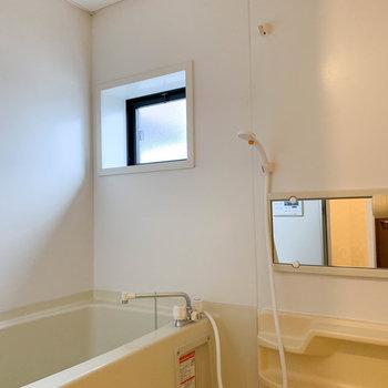 小窓が付いているので、ほの明るいお風呂です。※写真は2階の同間取り別部屋のものです
