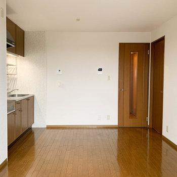 【LDK】ベランダ側から見ると。正面の扉は玄関へ、右の扉は隣の洋室へ。※写真は2階の同間取り別部屋のものです