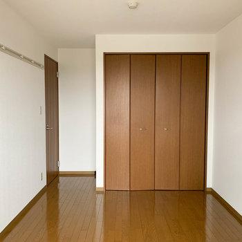 【洋室6.5帖】ベランダ側から見ると。しっかりした収納があります。※写真は2階の同間取り別部屋のものです