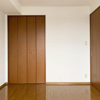 【洋室6帖】こちらにも収納とハンガーフックがしっかりと。※写真は2階の同間取り別部屋のものです