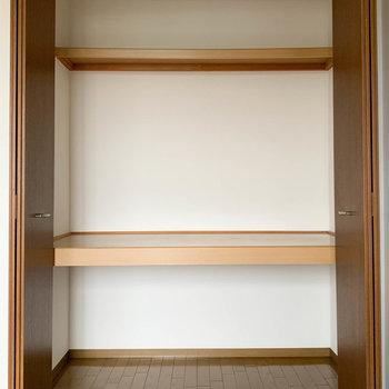 【洋室6帖】こちらもほどほどにワイドな収納が付いております。※写真は2階の同間取り別部屋のものです