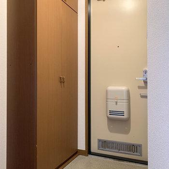 玄関横には大型のシューズボックスが。※写真は2階の同間取り別部屋のものです