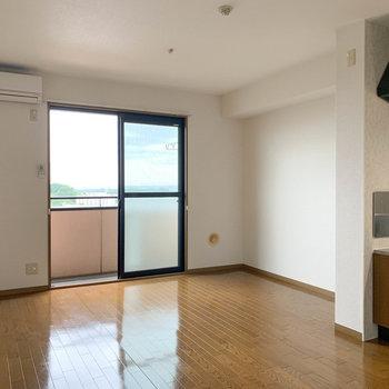 リビングです。丘の上にあるマンションなので、開けていて風を感じます。※写真は2階の同間取り別部屋のものです
