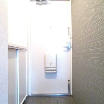 玄関の壁はシンプルだけどカッコよさがあります◎※写真はモデルルームになります