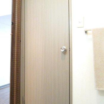 洗面台の向かいの扉は〜※写真はモデルルームになります