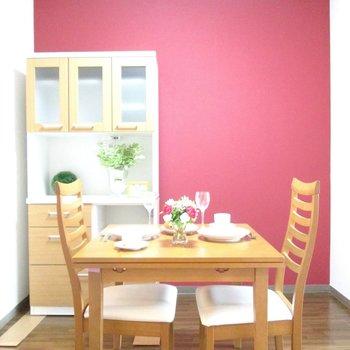 こちらも赤い壁のアクセントが可愛いですね♬※写真はモデルルームになります