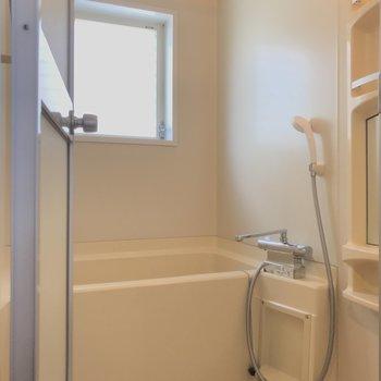 お風呂は窓付き◎換気good。※写真は前回募集時のものです
