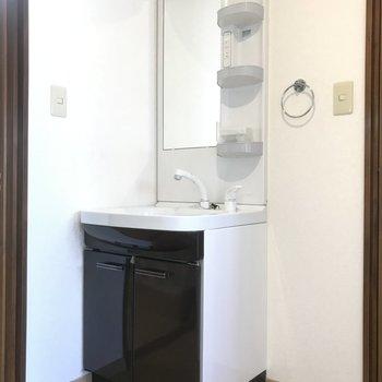 ぴかぴかの独立洗面台。※写真は前回募集時のものです