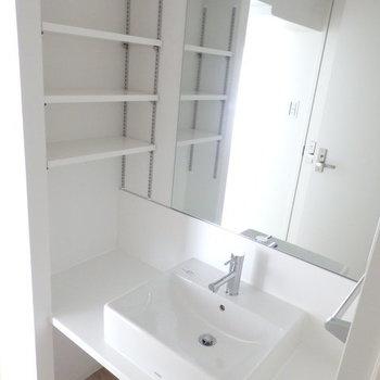 独立洗面台です!※写真はB棟の1階同じ間取り別部屋のものです。