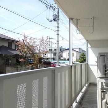 バルコニーとそこからの景色。※写真はB棟の1階同じ間取り別部屋のものです。