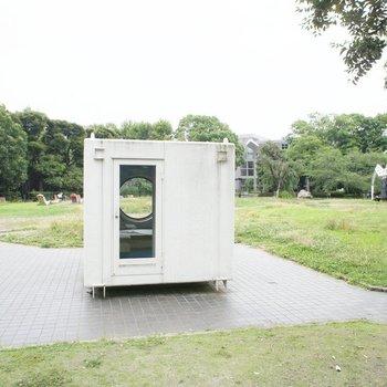 すぐ横の美術館。なぞの箱。行ったら覗いてみて。