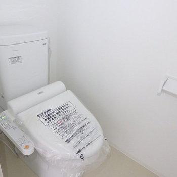 新品のトイレ!※写真はB棟の1階同じ間取り別部屋のものです。