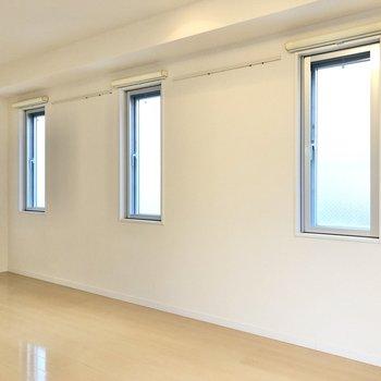 小さい窓が3つ。間にはピクチャーレールも。